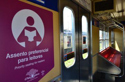 composicoes_da_trensurb_recebem_assentos_preferenciais_para_leitores-1166837